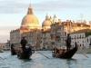 Италия. Венеция. Гондолы в канале