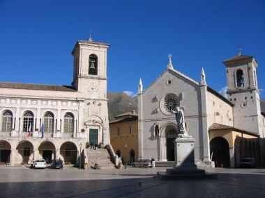 Norcia, Festung am der Piazza San Benedetto